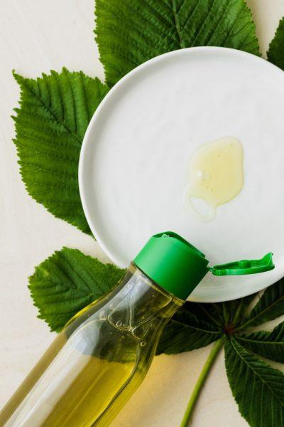 Tuangkan Sabun Pencuci Piring Pada Alat Untuk Mencuci Piring